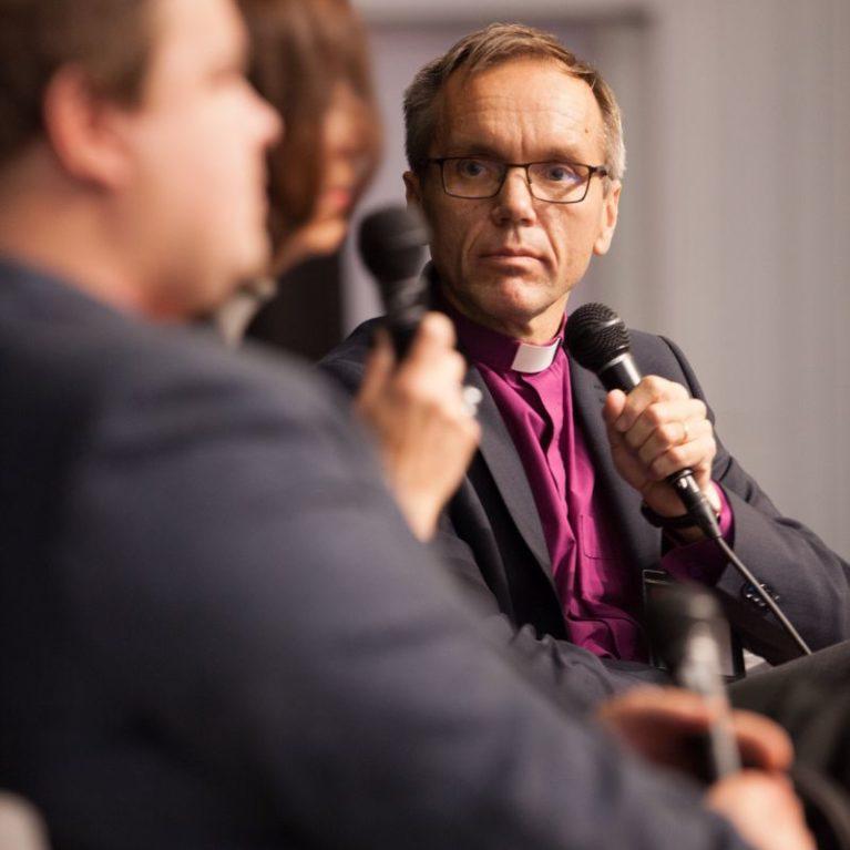 Porvoon piispa Björn Vikström vastaa toimittajien kysymyksiin suorassa lähetyksessä