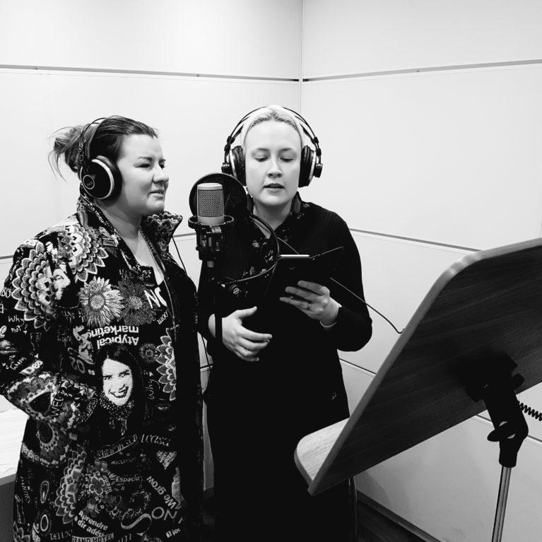 Laulajat Jaana Pöllänen ja Jippu keskustelevat koulukiusaamisesta