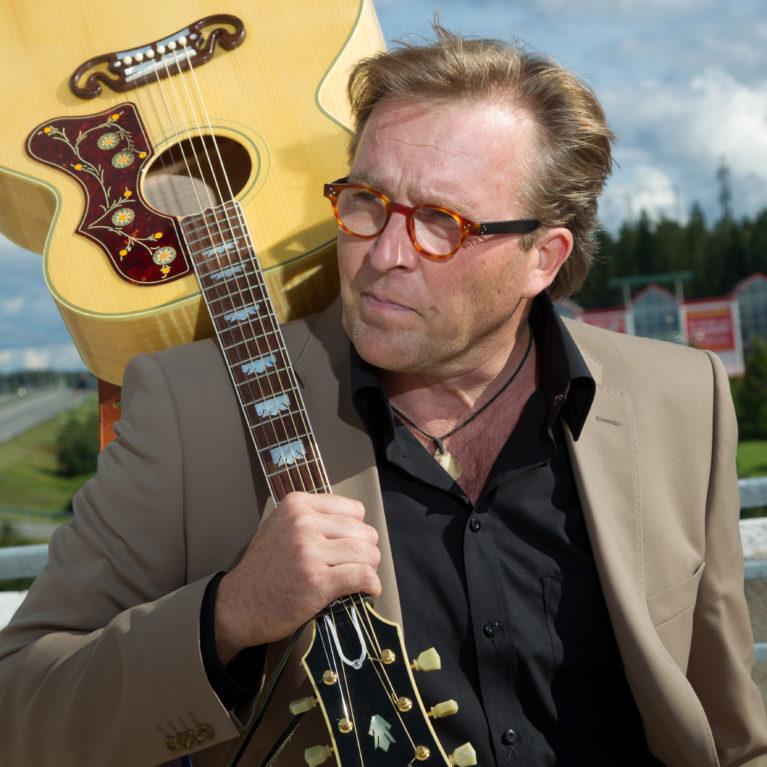 Joel Hallikaisen kirjoitusvihkosta ohjelmasarja Radio Deihin