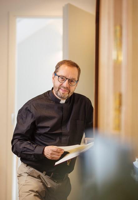 """Espoon piispaehdokas Juhani Holma Radio Deissä: """"Sekin vaara on, että piispatkin lähtevät sooloilemaan"""""""