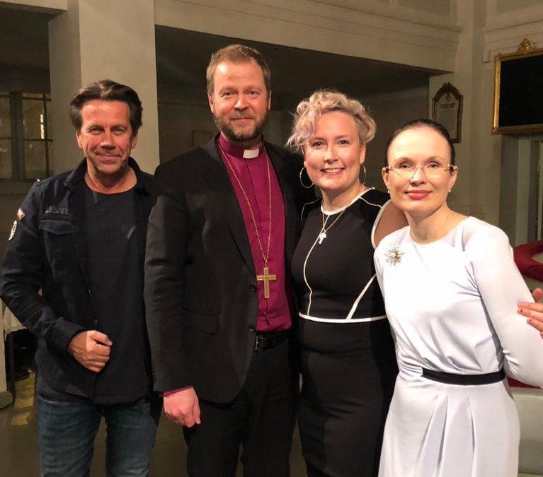 Anne Birgitta Pessi, Mikko Kuustonen ja Jippu jakavat piispalle kokemuksiaan myötätunnosta