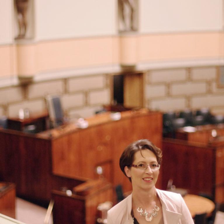 KUUNTELE: Sari Essayah kummeksuu: Vain yhden vanhemman puhelinsoitto rehtorille riittää riisumaan koulusta kristillisyyden