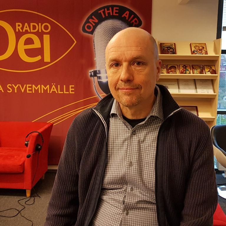 KUUNTELE Jyri Komulainen ja Elina Hellqvist kertoivat aamulähetyksessä idän uskontojen vaikutuksista meidän traditioomme